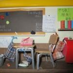 100均商品でドールハウス「2年1組の教室」の作り方Part3(机といす)