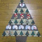 パッチワーク 三角つなぎのクリスマスタペストリー