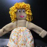 ニットの人形に服を着せてあげよう